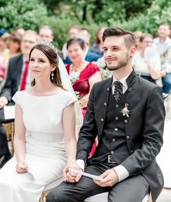 Das Brautpaar voller Liebe bei seiner freien Trauung.