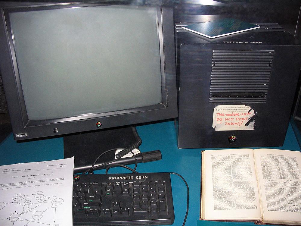 """Tim Berners-Lees NeXT-Rechner (vgl. Aufkleber """"This machine is a server. DO NOT POWER IT DOWN!!"""" (engl.: Diese Maschine ist ein Server. NICHT AUSSCHALTEN!!))"""