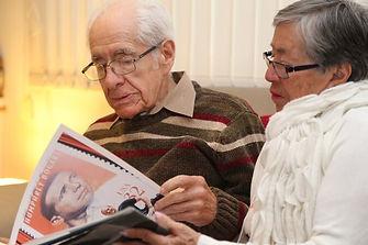 FOTO MIGUEL Y TERESA LEYENDO PARA LIBRO