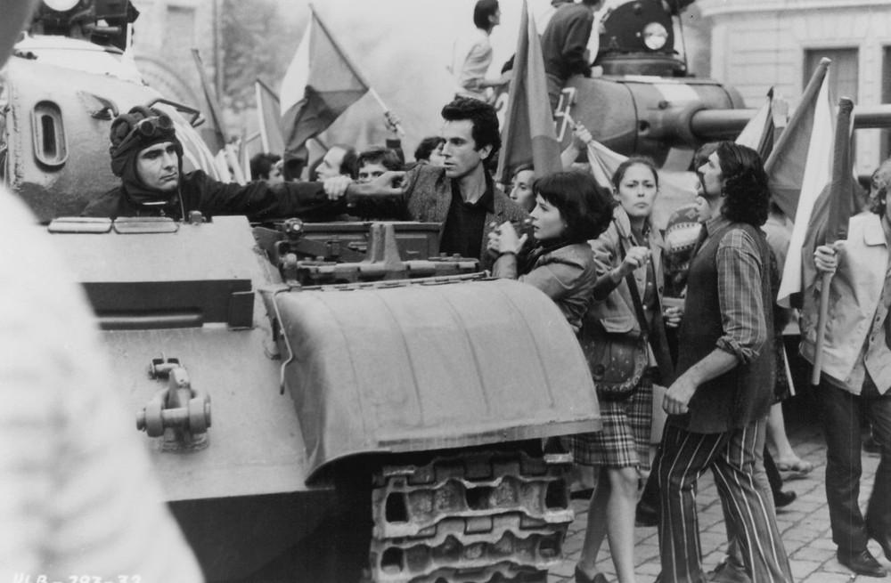 Daniel Day-Lewis, Juliette Binoche contront Russian tank - A Classic Review
