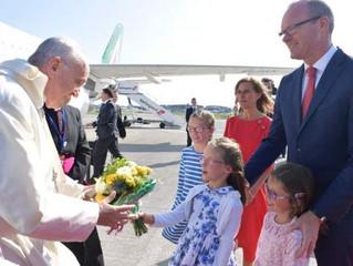 Papa saúda jornalistas: gosto de estar com as famílias