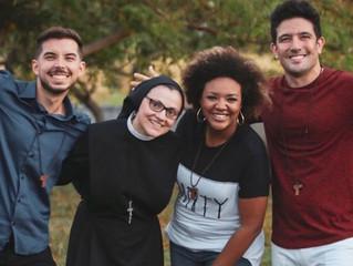 No Brasil, Irmã Cristina grava videoclipe com Missionário Shalom