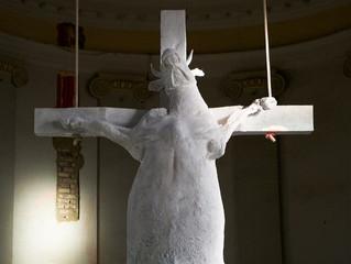 Artista entra em igreja católica para crucificar uma vaca