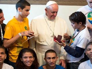 """Papa Francisco """"inclui, não julga, é humilde"""", diz jovem"""