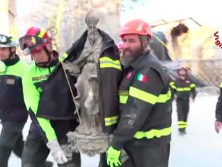 Bombeiros resgatam de basílica em escombros a imagem de São Bento de Núrsia