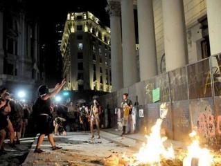 Catedral de Buenos Aires é atacada por feministas no Dia da Mulher