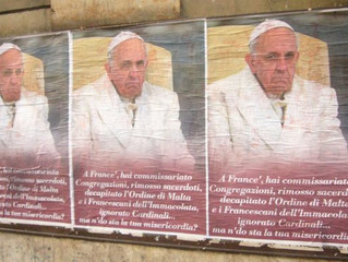 Retiram cartazes das ruas de Roma que criticavam o Papa Francisco