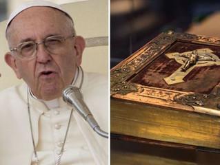 Papa Francisco cancelou a Bíblia? Notícias falsas circulam nas redes sociais