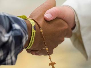 Papa reza pelos missionários que estão longe de casa