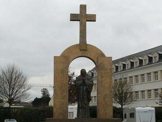 Polônia oferece salvar estátua de São João Paulo II cuja cruz mandaram retirar na França