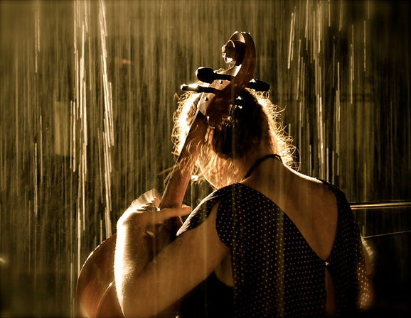 Swiss celloplayer Fatima Dunn at Buskers Bern in a thunderstorm