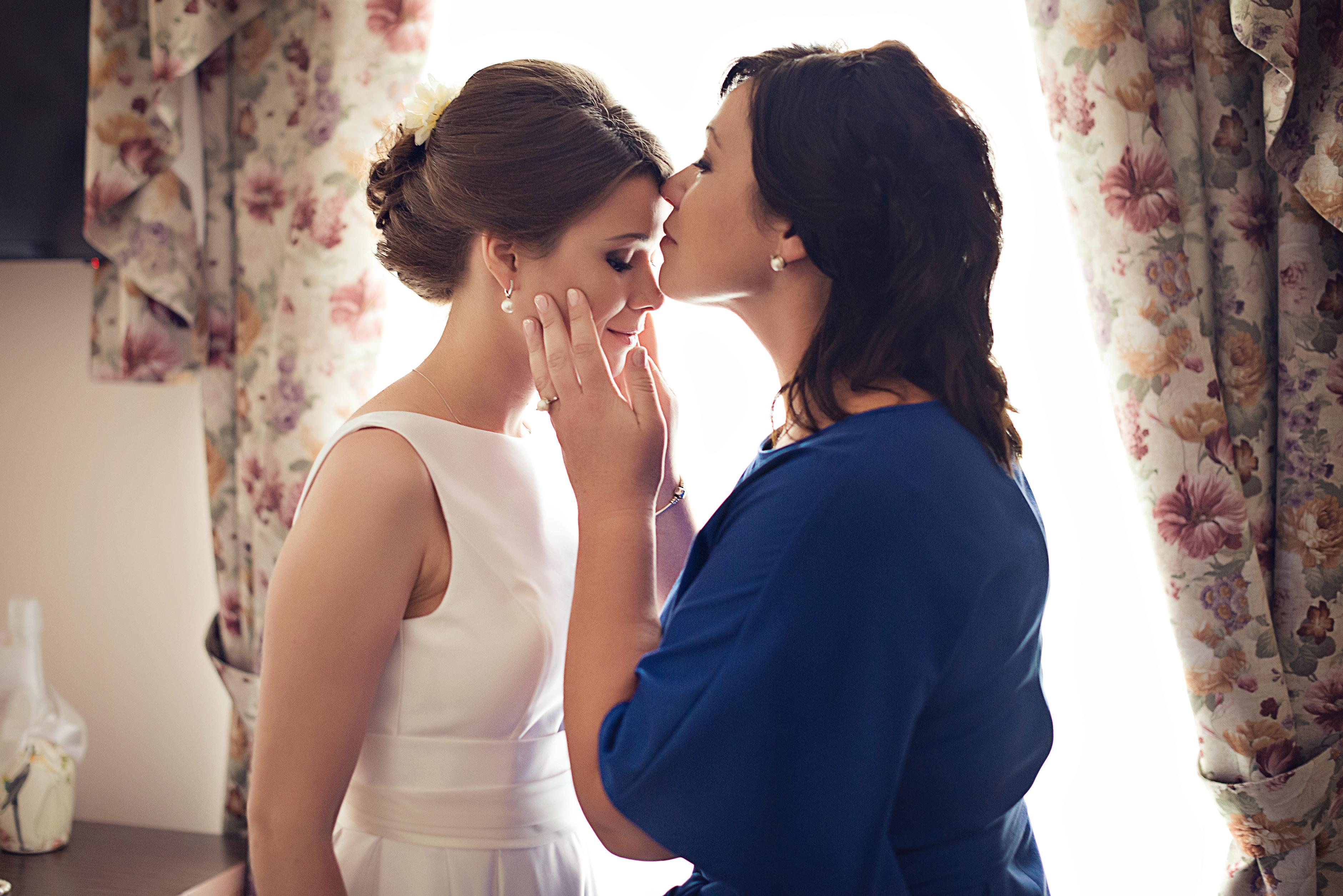 мама благославляет невесту