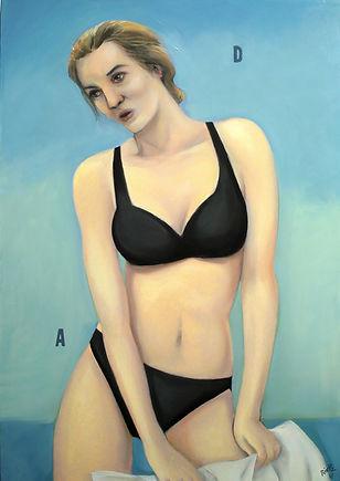 Femme blonde en sous-vêtements noirs comme sur une photo de la Redoute.