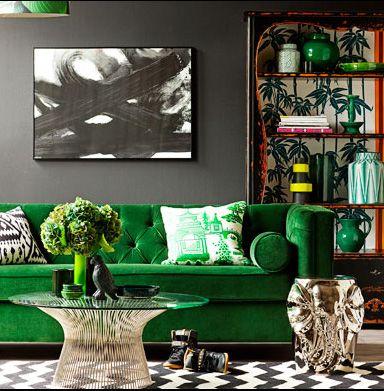 mur foncé et canapé vert