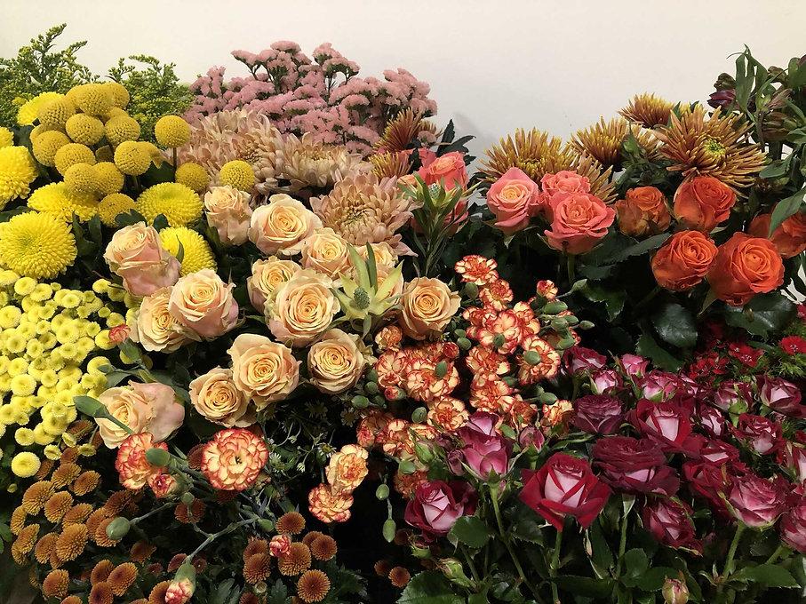 Table Roses oeillets statice craspedia matricaire solidago chrysantheme .JPEG