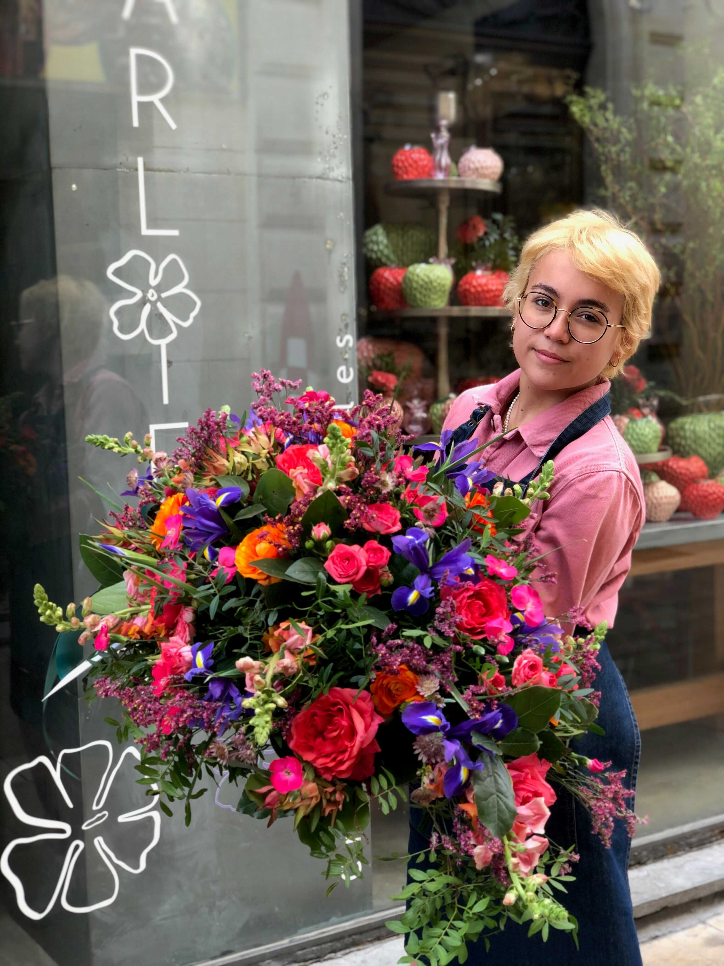 Composition de deuil colorée Marlies Fleurs fleuriste Nimes