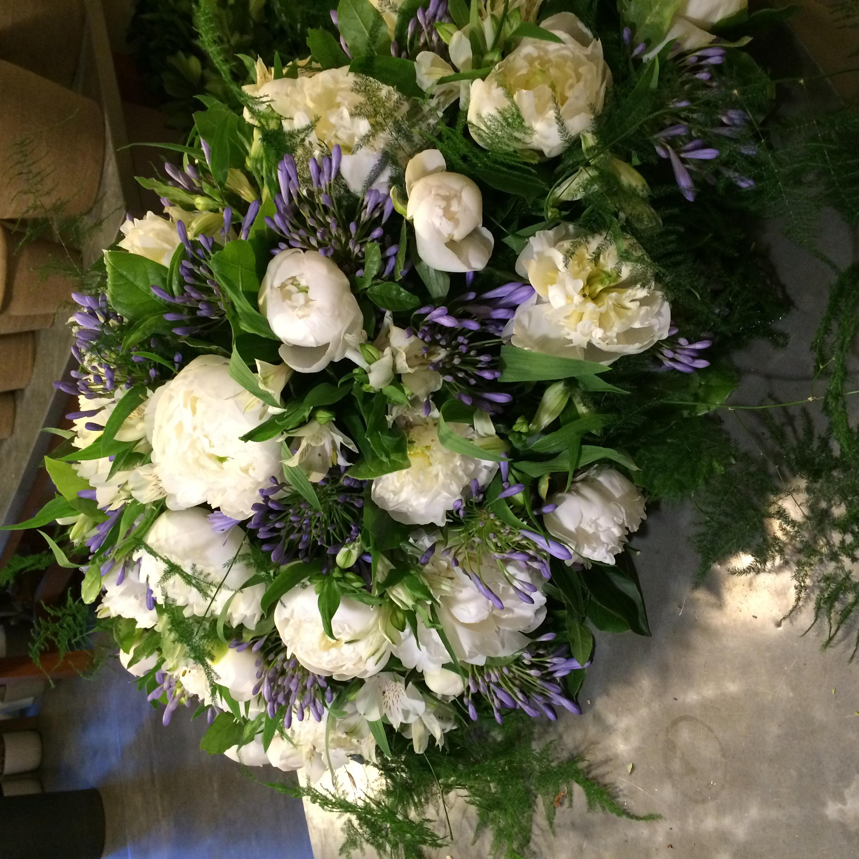 Dessus de cercueil pivoines agapanthes Marlies Fleurs fleuriste Nimes