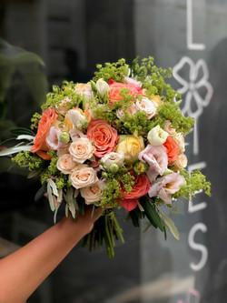 bouquet-mariée-roses-lisianthus-alchemil Marlies Fleurs fleuriste Nimes