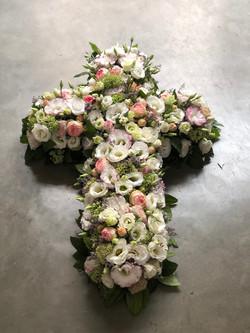 Deuil composition croix Marlies Fleurs fleuriste nimes