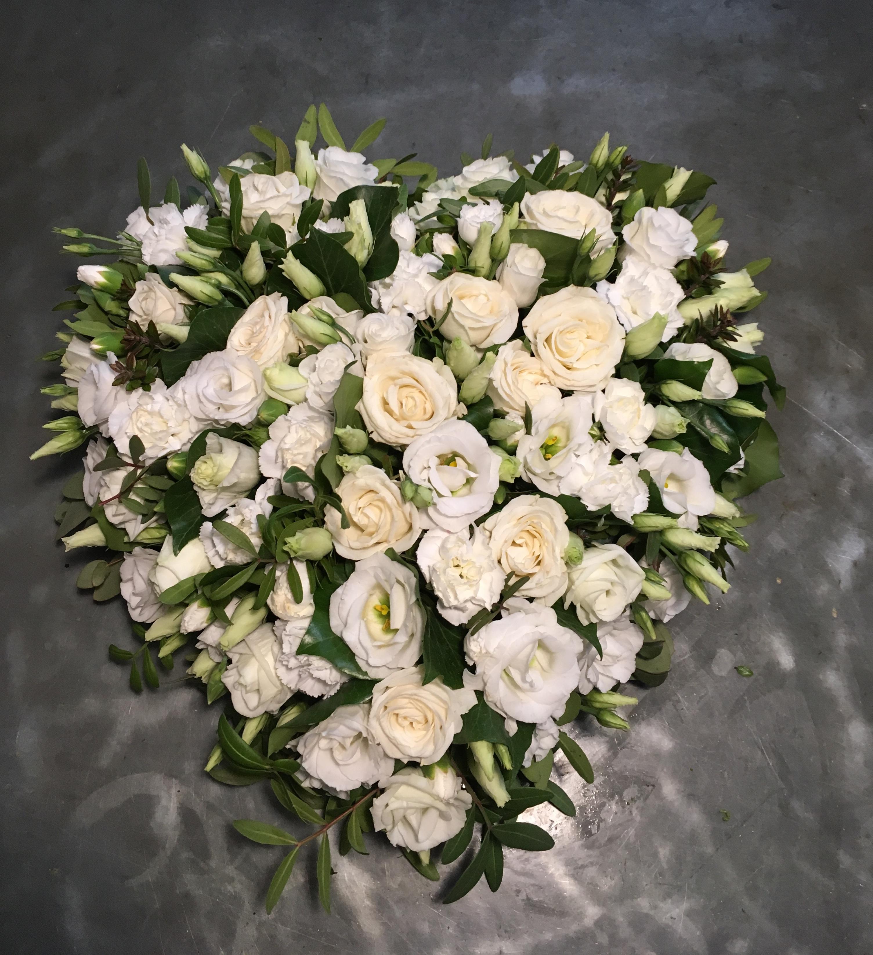 Coussin coeur lisianthus et roses Marlies Fleurs fleuriste Nimes