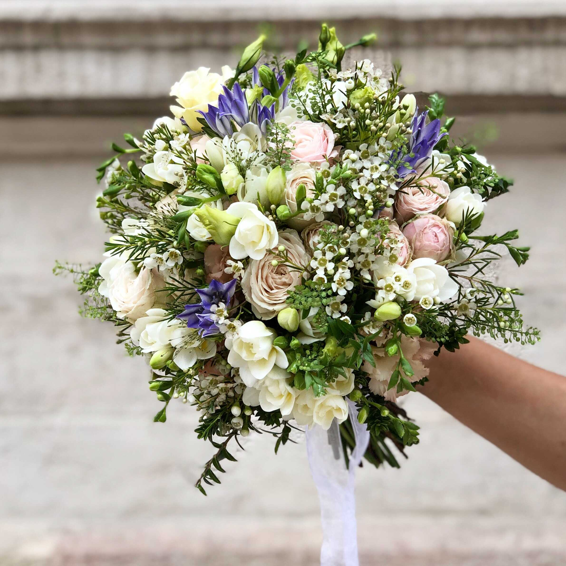bouquet-mariée-rose-freesia-brodea-wax Marlies Fleurs fleuriste Nimes