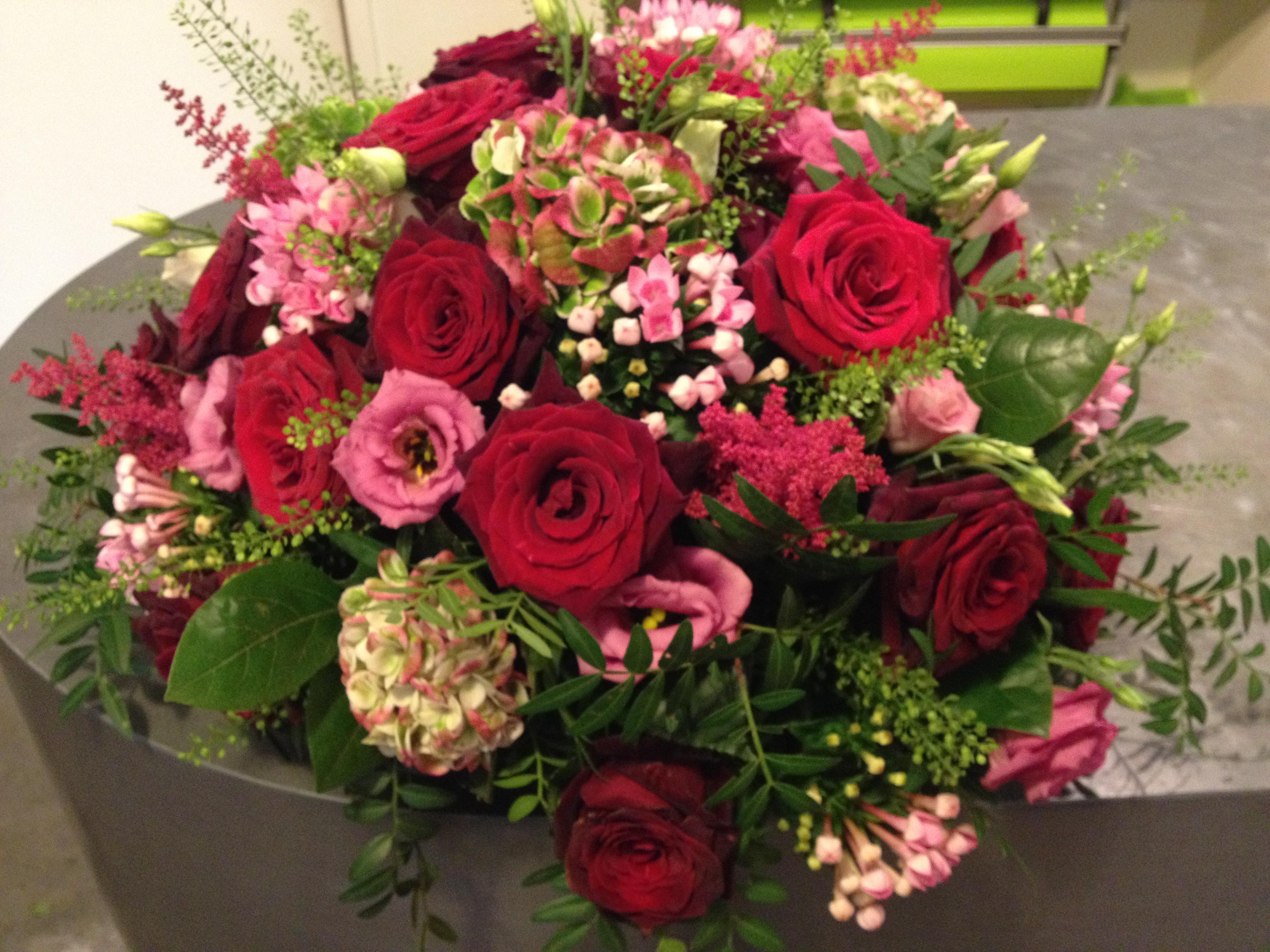 Composition de deuil astilbe bouvardia hortensia rose lisianthus Marlies Fleurs fleuriste Nimes