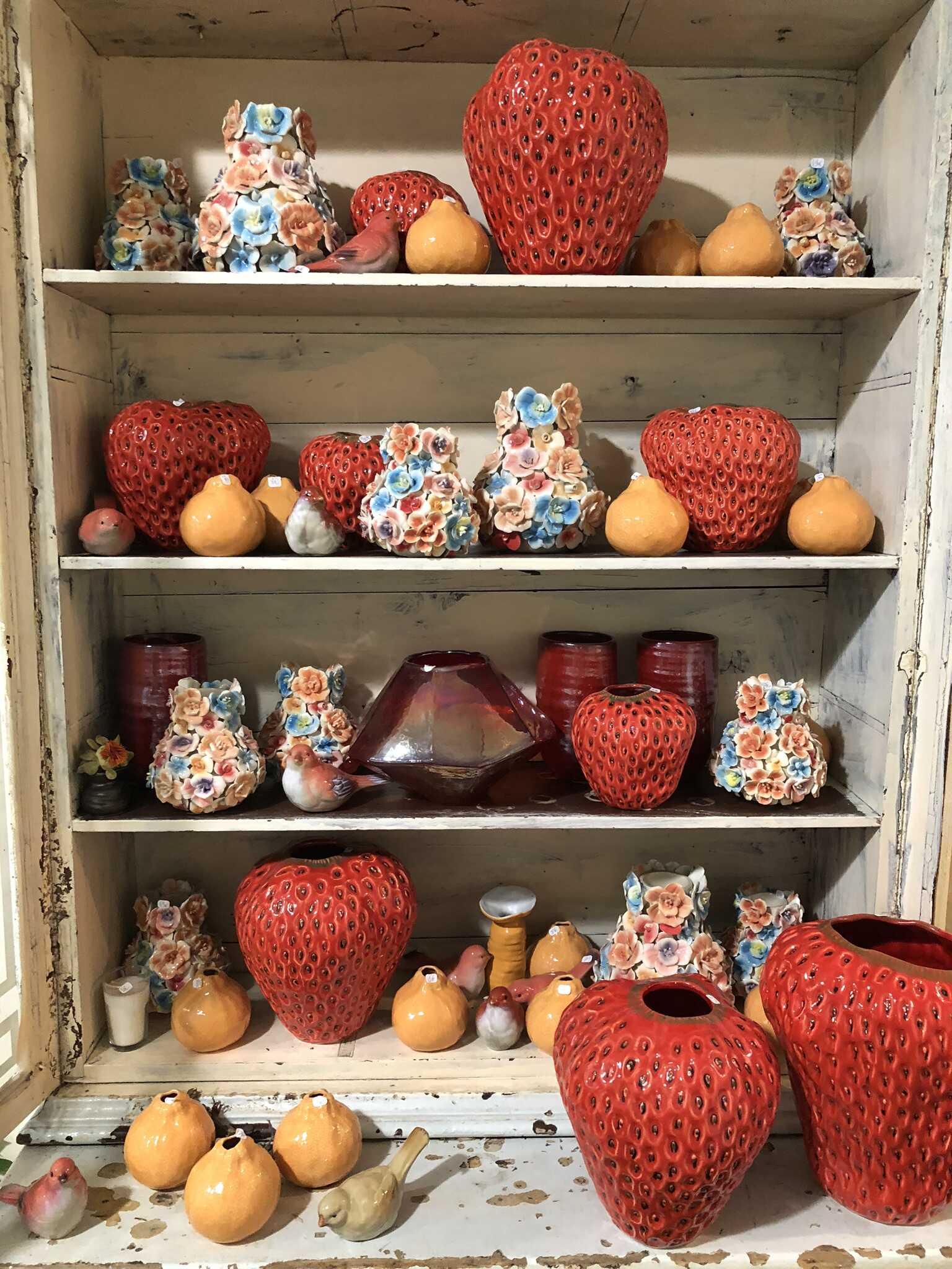 vitrine vases fleurs et fraise Marlies Fleurs fleuriste Nimes