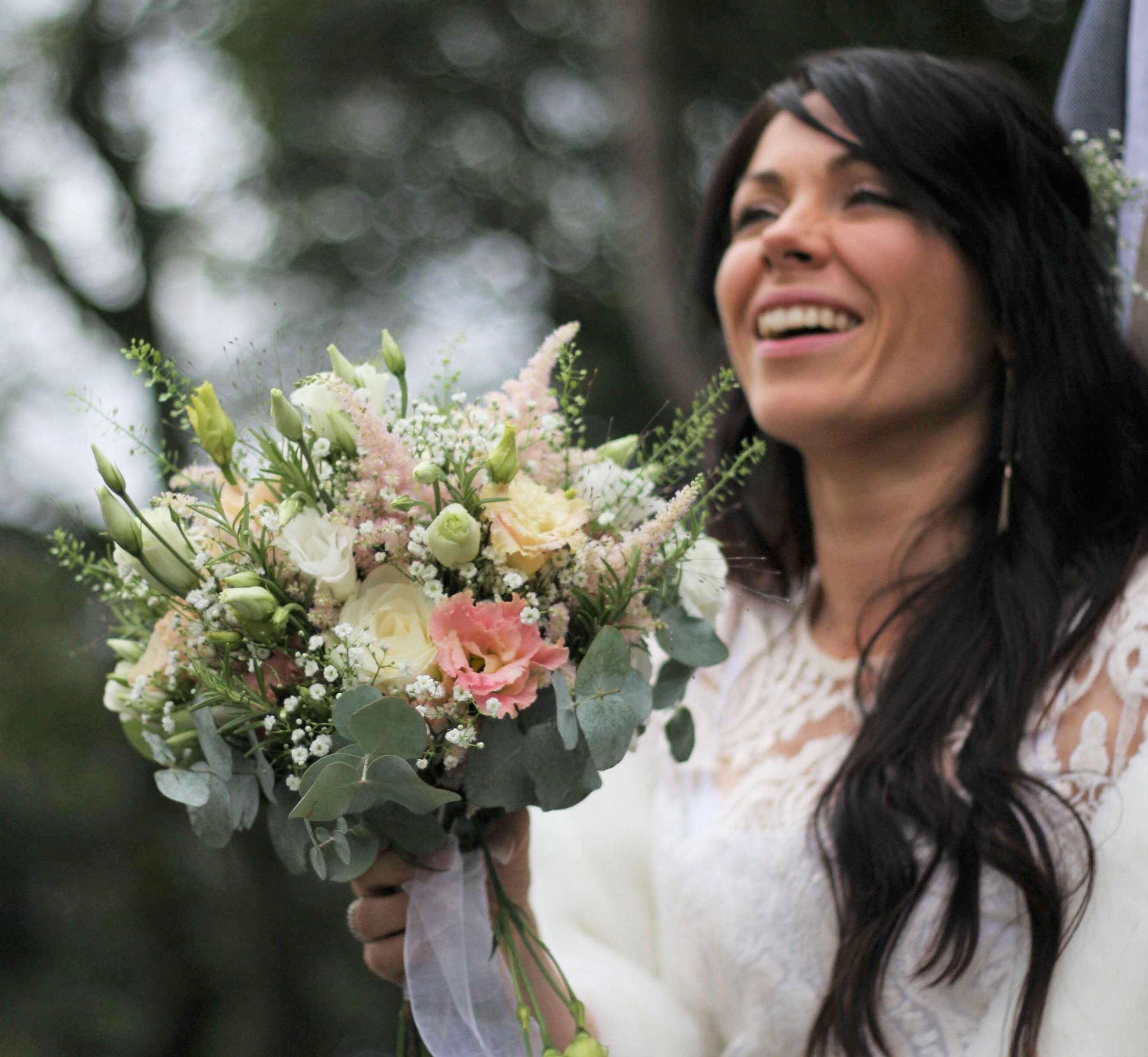bouquet-mariée-roses-grappes-gypso-eucalyptus Marlies Fleurs fleuriste Nimes