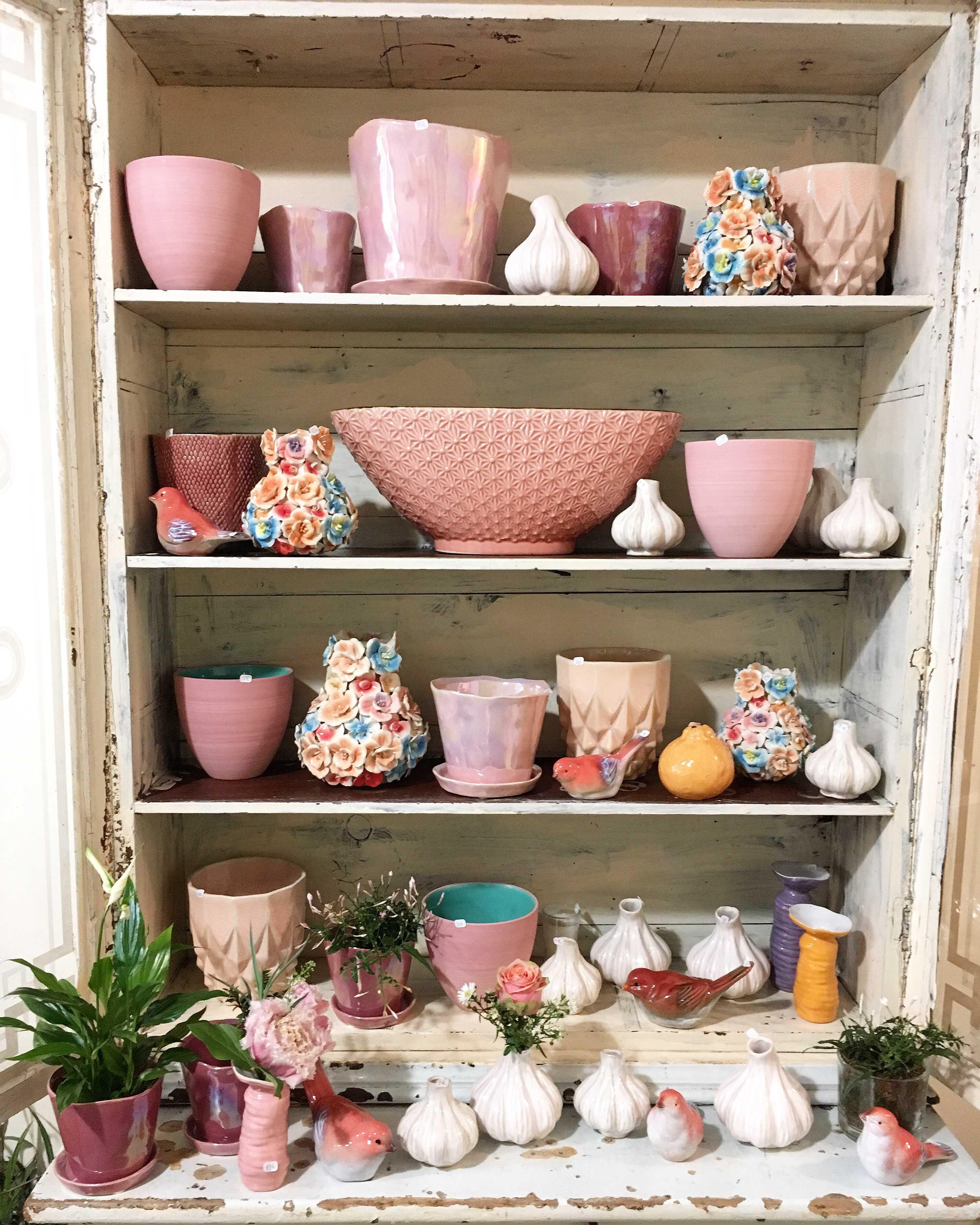 vitrine vases et poteries roses Marlies Fleurs fleuriste Nimes