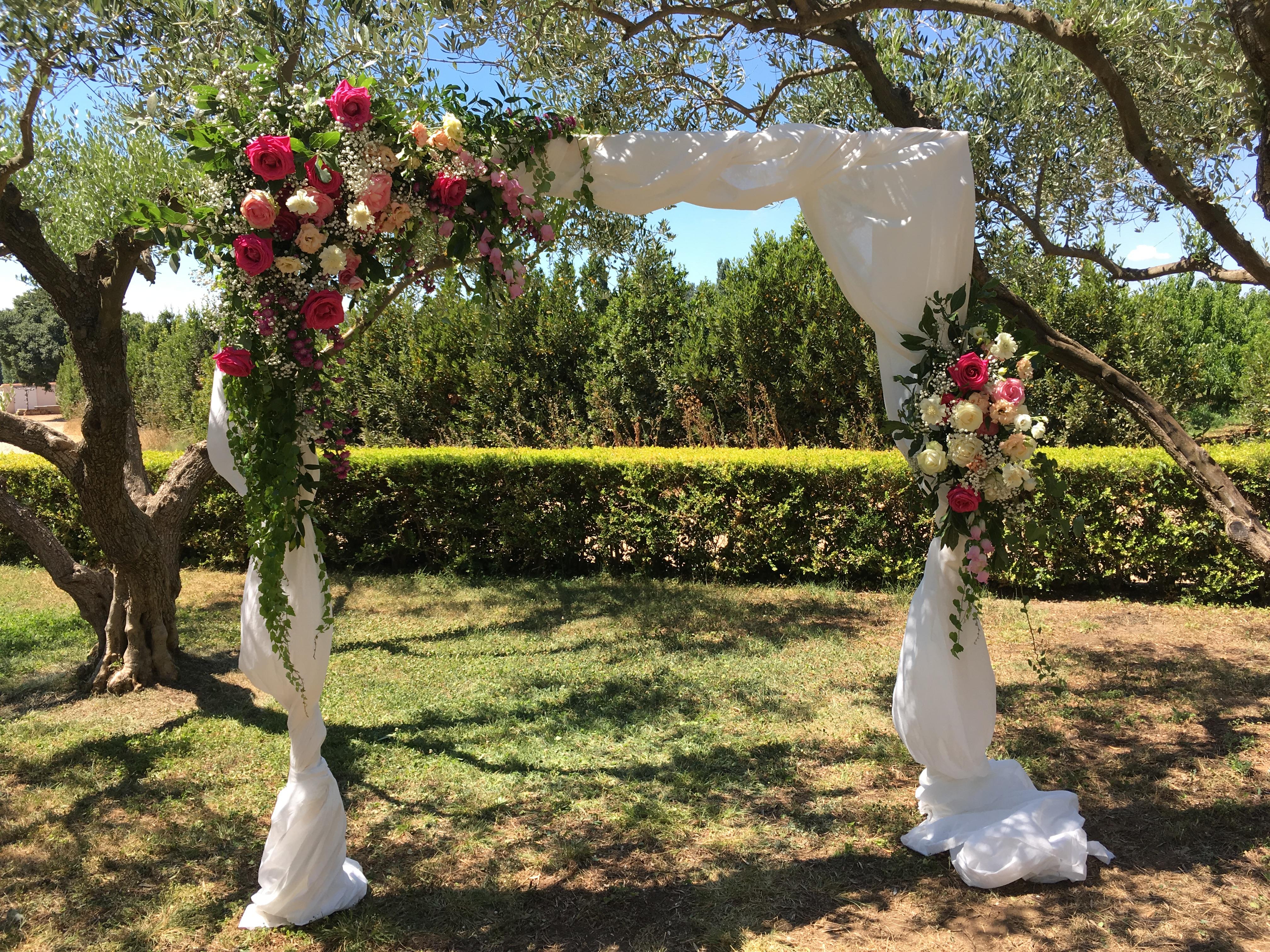 Arche roses lisianthus lierre Marlies Fleurs fleuriste Nimes