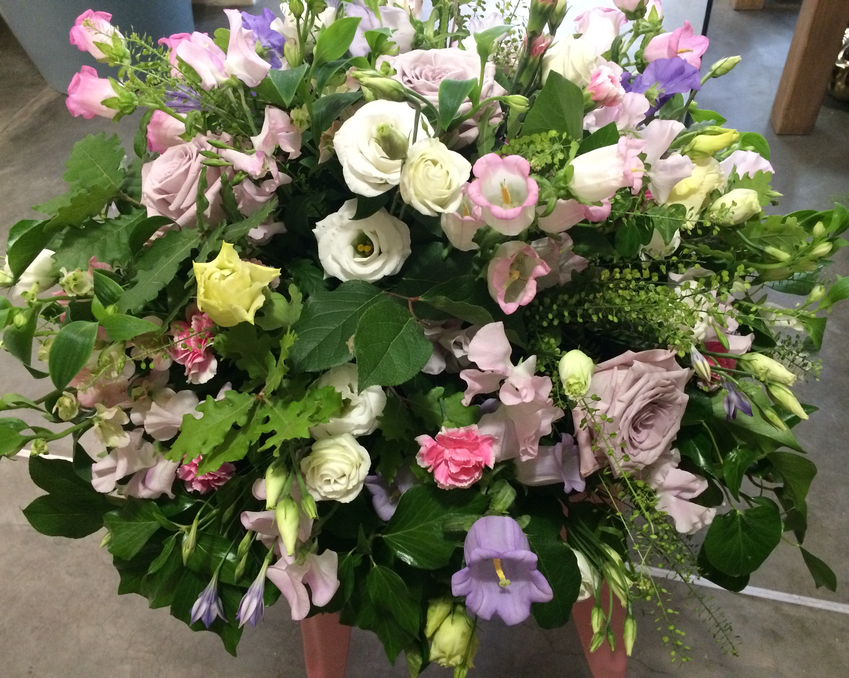 Composition de deuil campanules roses lisianthus brodea Marlies Fleurs fleuriste Nimes