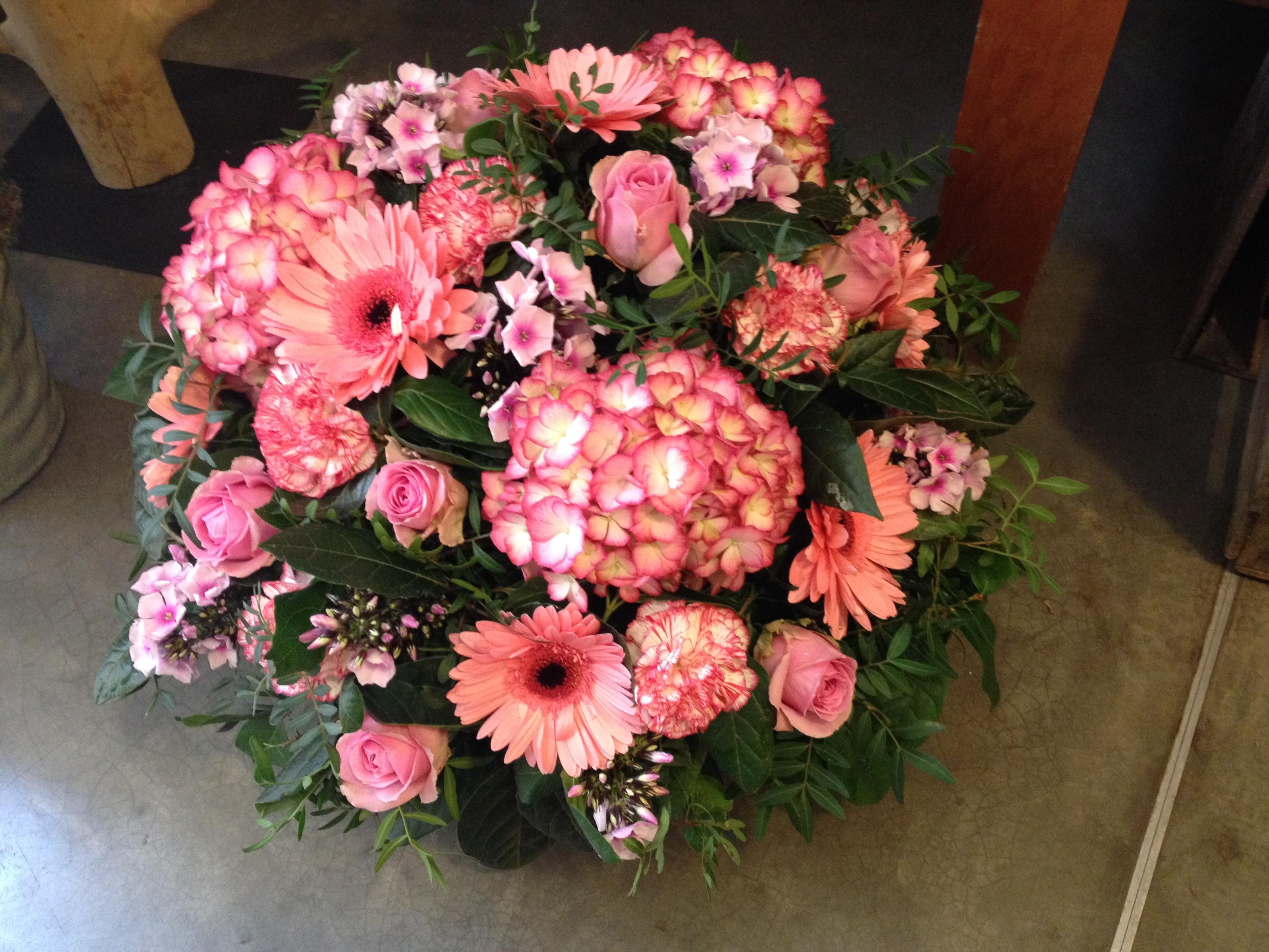 Coussin de deuil hotensias gerberas roses phlox Marlies Fleurs fleuriste Nimes