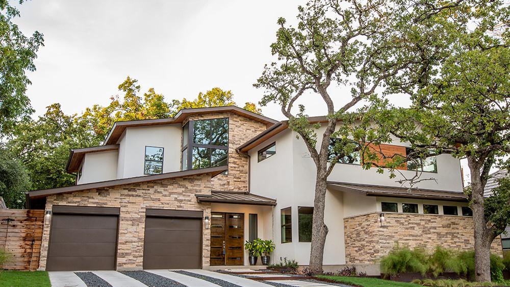 Linda casa, com pintura, jardim e calçada em perfeitas condições