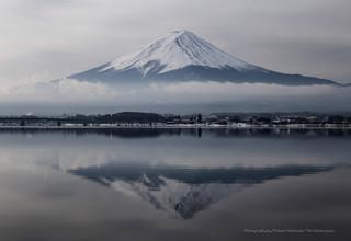 冬の河口湖湖畔と富士山