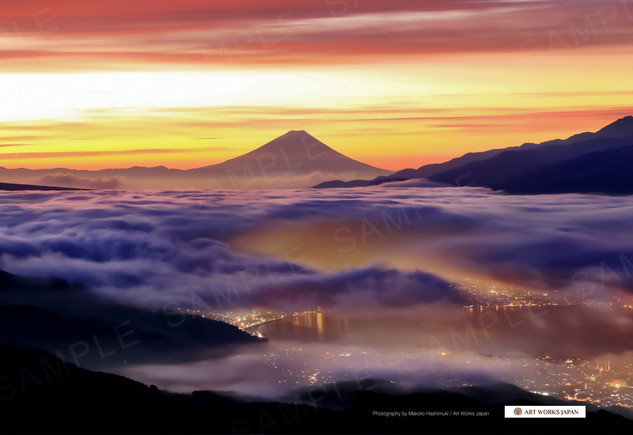 朝焼けの雲海と諏訪湖の街並みと富士山