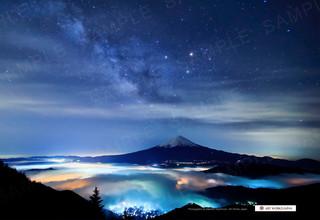 天の川の星空と雲海越しの富士山