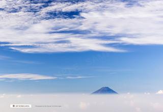 雲に浮かぶ富士山と空