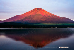 朝日を浴びる富士山と山中湖