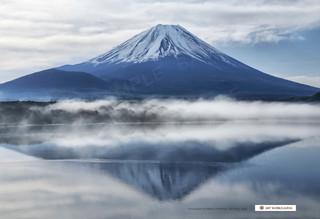 朝の本栖湖湖畔と富士山