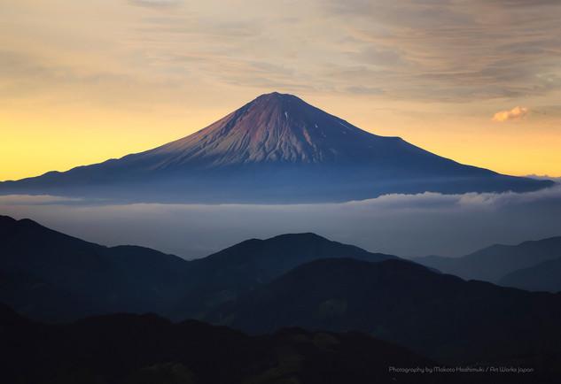 初夏の富士山と雲海の夕景