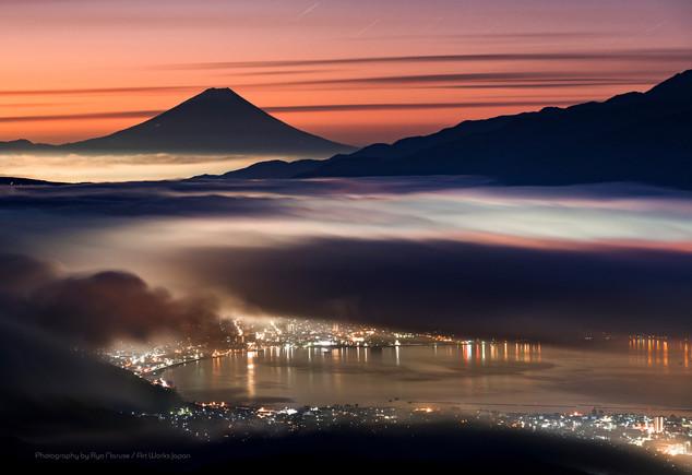 諏訪湖と朝焼けの雲海と富士山