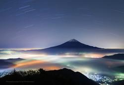 夜の雲海と富士山と星空