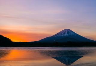 夜明けの精進湖と富士山