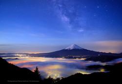 天の川の星空と雲海越しの富士山2