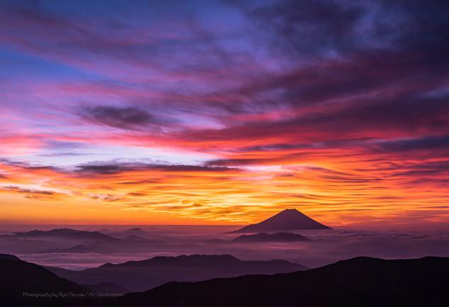 千枚岳より望む朝焼けの雲海と富士山