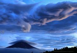 笠雲と富士山の夕景