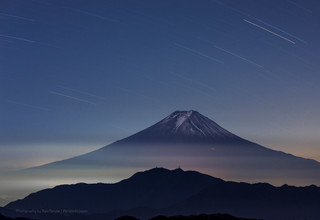 夜明け前の富士山と星空