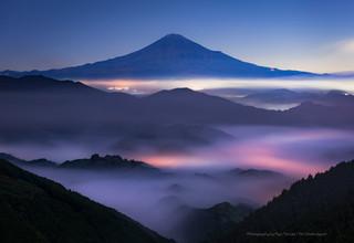 夜明け前の富士山と雲海