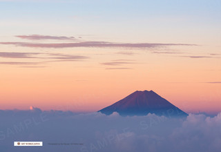 夜明けの雲海に浮かぶ富士山