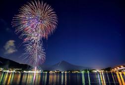 河口湖の夏の花火と富士山